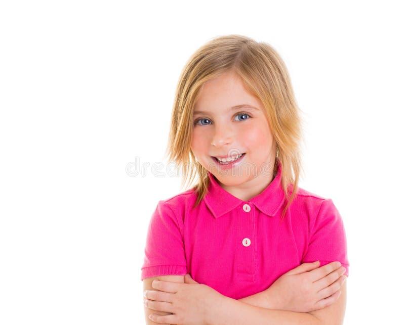 Blond kindmeisje met roze t-shirt het glimlachen portret royalty-vrije stock fotografie