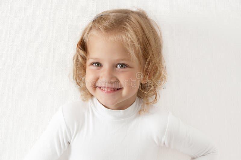blond klädd flicka little som är vit arkivbild