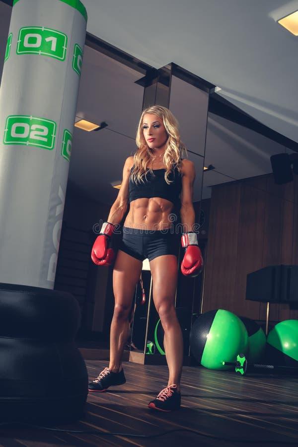 Blond kobieta boks w gym obrazy stock