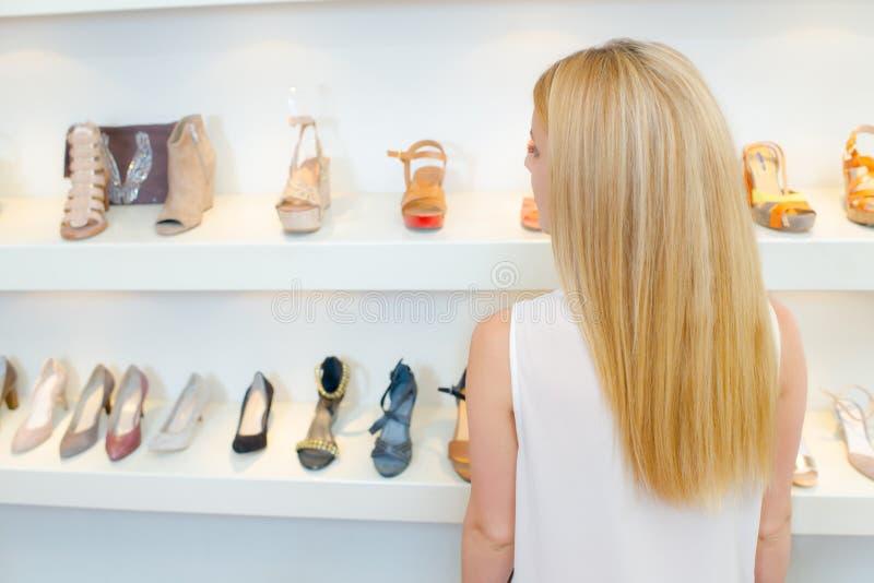 Blond kobieta buta zakupy fotografia stock
