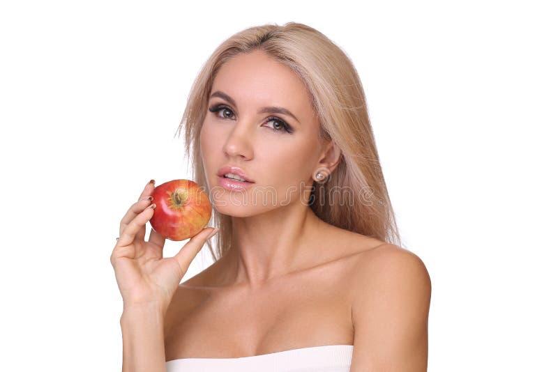 Blond kobieta je czerwonego jabłka obrazy stock
