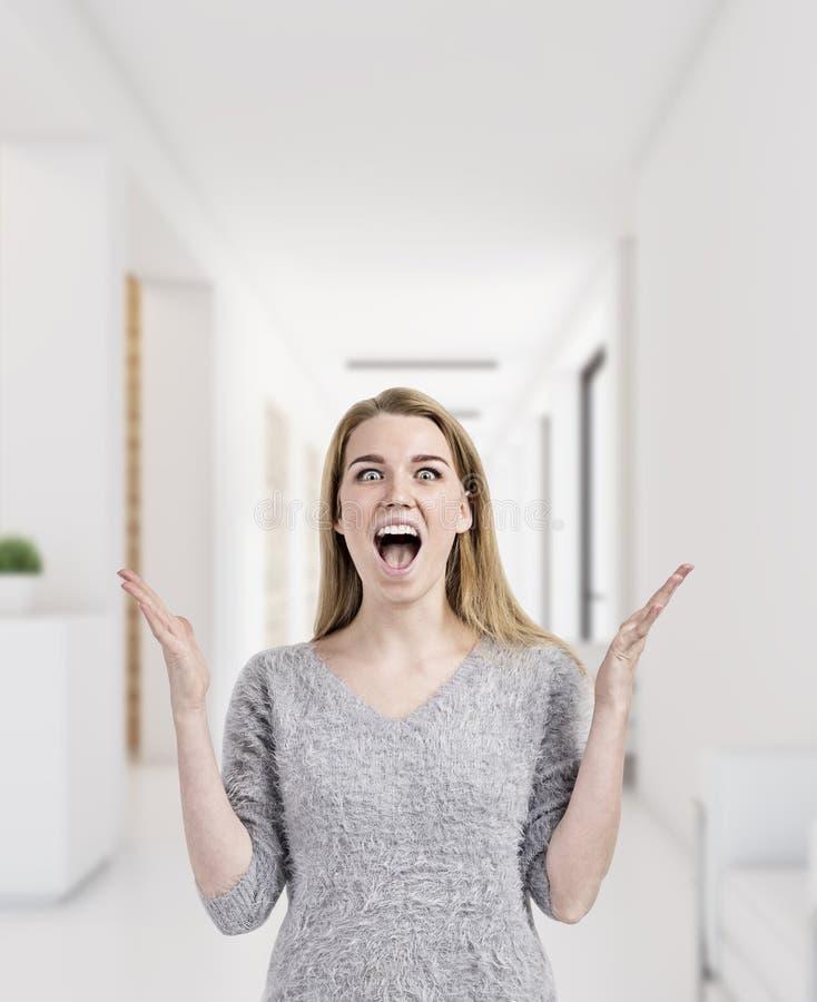 Blond kobieta jest szczęśliwa pracować w biurze obrazy stock