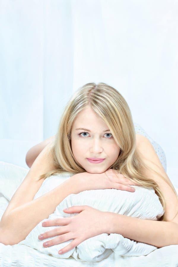 Blond kobieta na poduszce zdjęcie royalty free