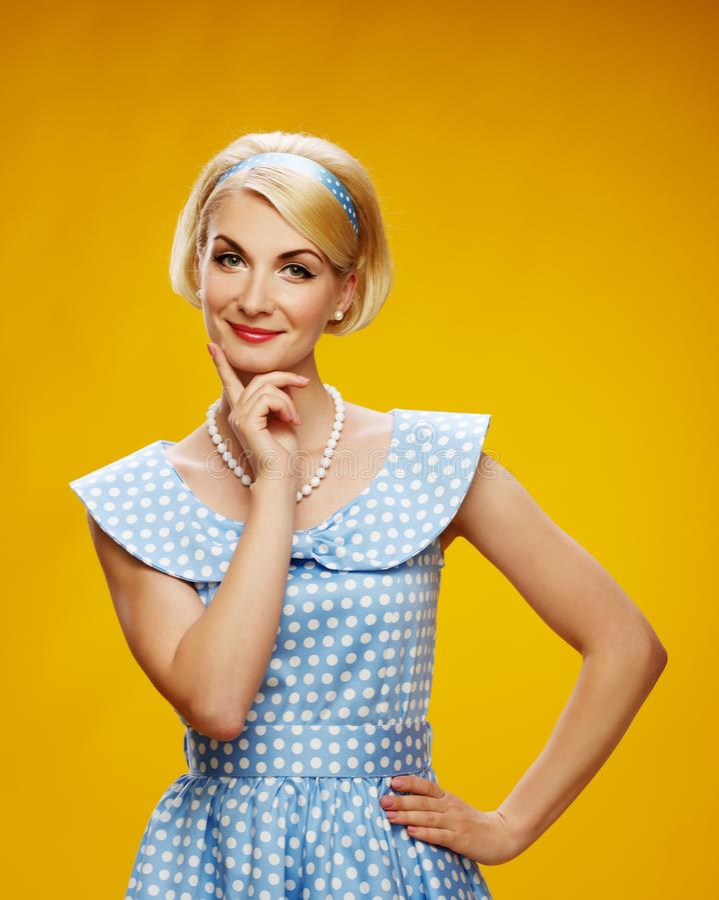 Blond kobieta odizolowywająca na kolor żółty obrazy stock