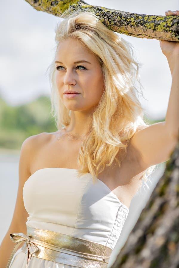 Blond kobieta pod drzewem fotografia stock