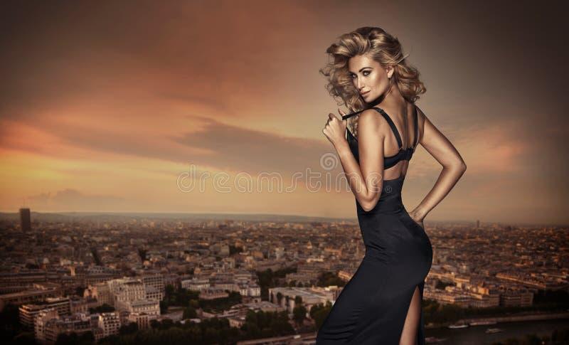 Blond kobieta pozuje na dachu zdjęcia royalty free