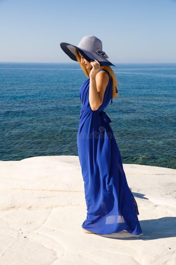 Blond kobieta w błękicie zdjęcia stock