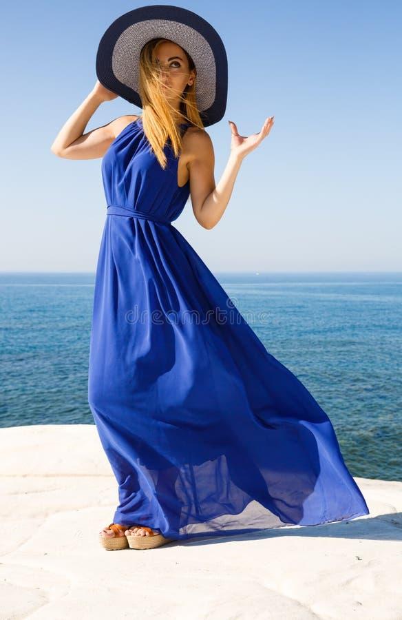 Blond kobieta w błękicie zdjęcie stock