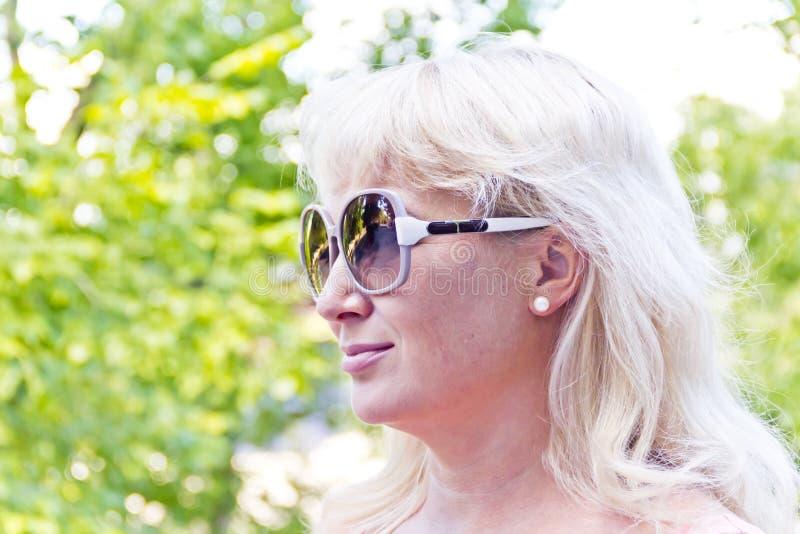 Blond kobieta w lecie zdjęcie stock