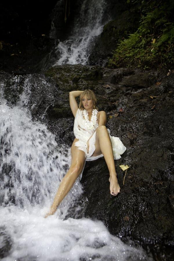 Blond kobieta w siklawie obraz stock
