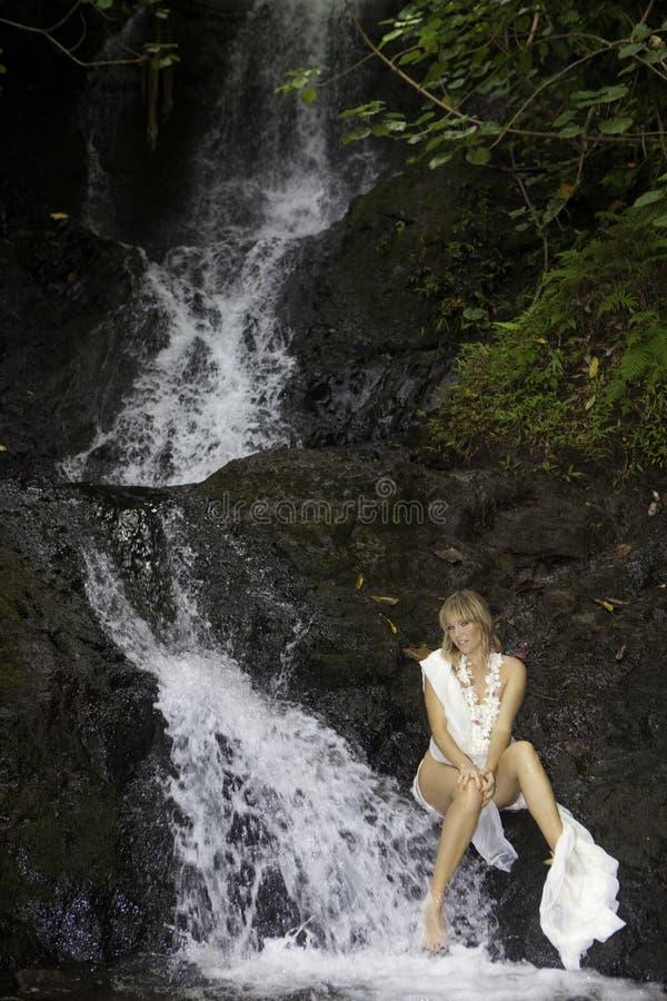 Blond kobieta w siklawie fotografia stock