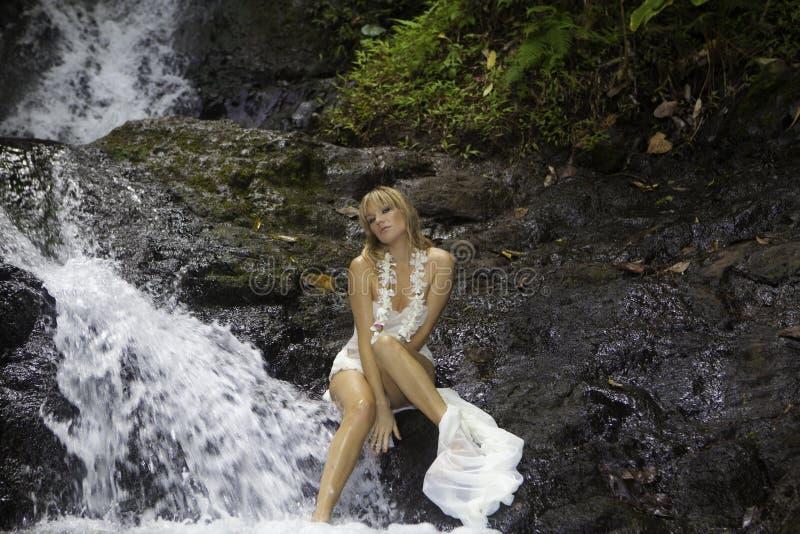 Blond kobieta w siklawie zdjęcia royalty free