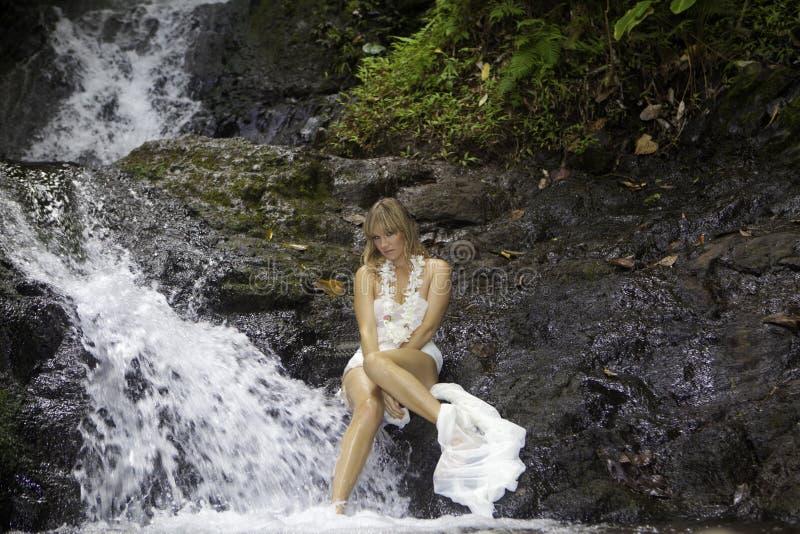 Blond kobieta w siklawie obrazy stock