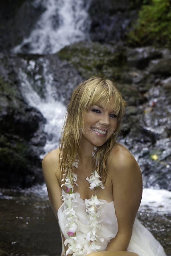 Blond kobieta w siklawie zdjęcie royalty free