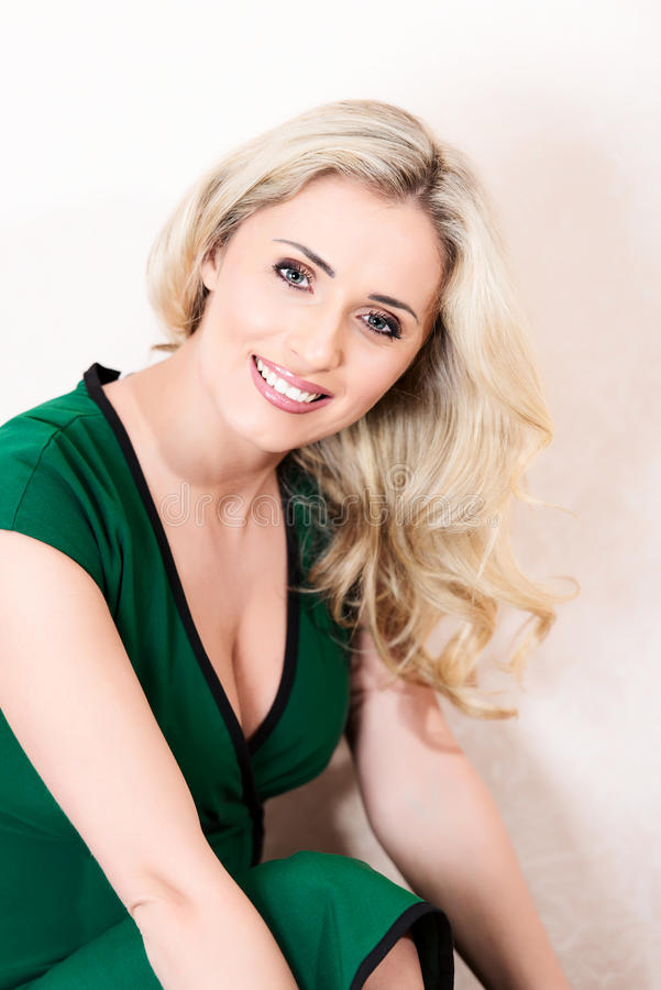 Blond kobieta w zieleni smokingowy pozować zdjęcie stock