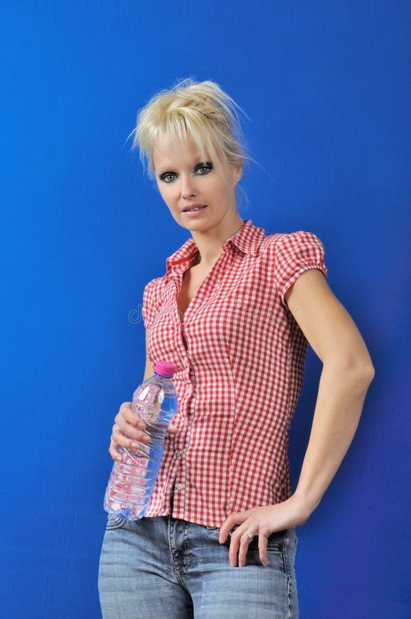 Blond kobieta z butelką woda obraz stock