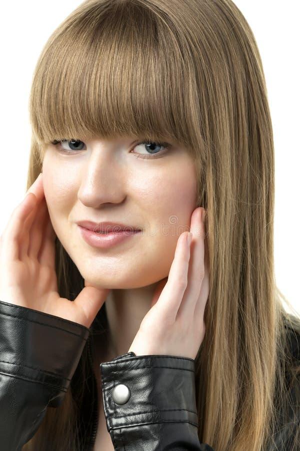 Blond kobieta z czarną skórzaną kurtką obrazy stock