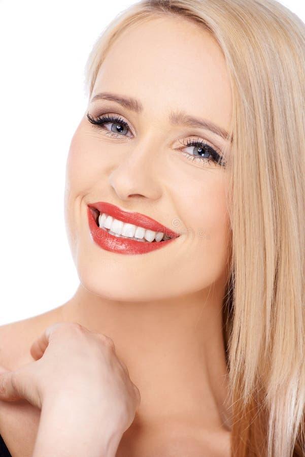 Blond kobieta z czerwony pomadki ono uśmiecha się obrazy stock