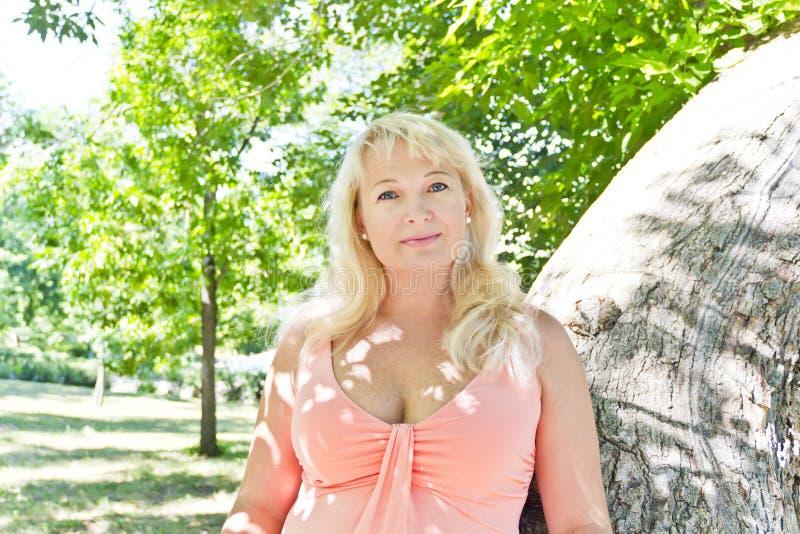 Blond kobieta z sapphirine oczami obraz stock