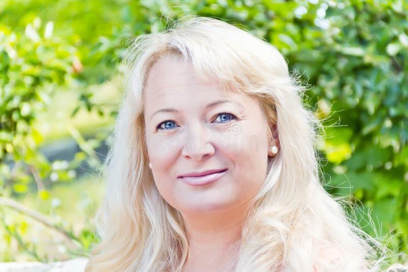 Blond kobieta z sapphirine oczami fotografia stock