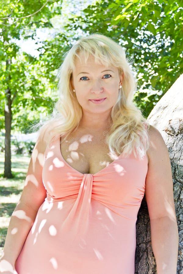 Blond kobieta z sapphirine oczami obrazy royalty free