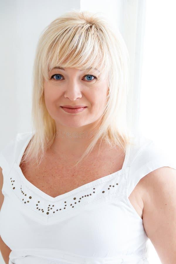 Blond kobieta z sapphirine oczami obrazy stock