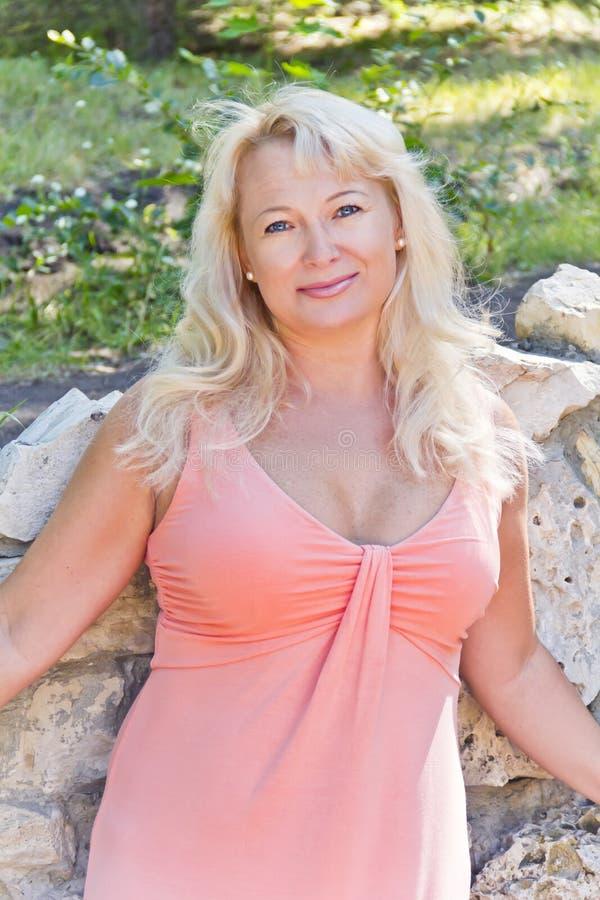 Blond kobiety pozycja blisko skały zdjęcia royalty free