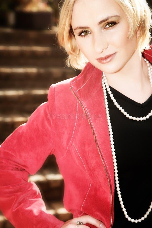 blond kurtki czerwone młode kobiety zdjęcie stock