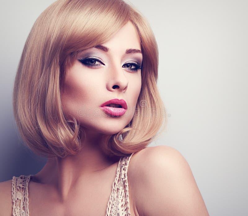 Blond kvinna för härlig ljus makeup med lookin för stil för kort hår royaltyfri bild
