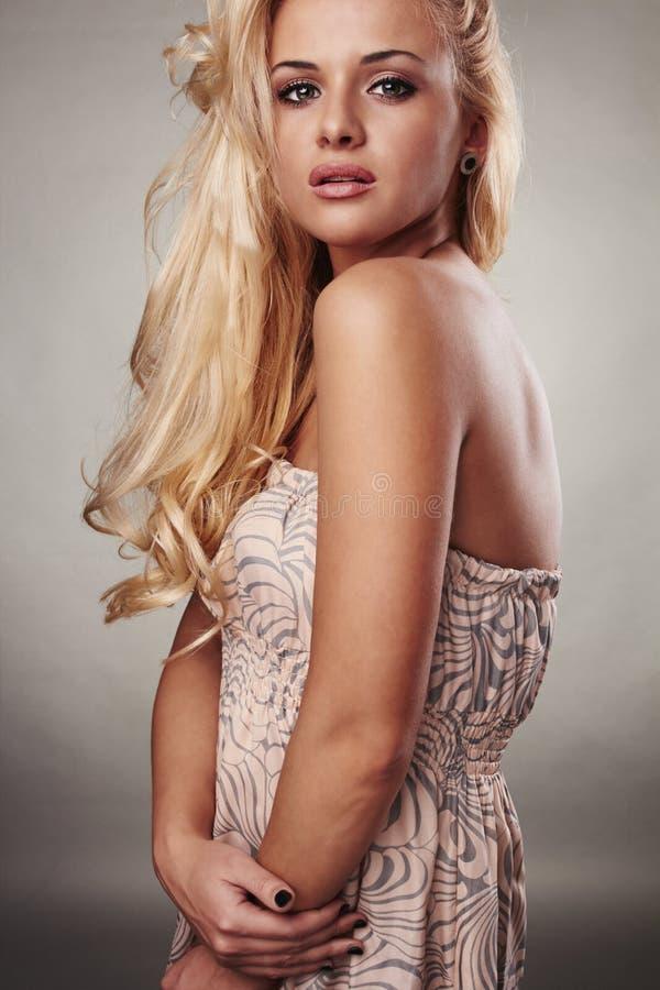 Blond kvinna för härlig passion med skina hår arkivbilder