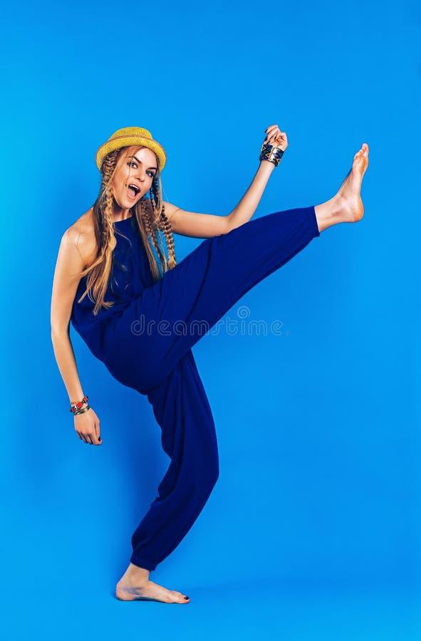 Blond kvinna för rolig dans i blå overall arkivbilder