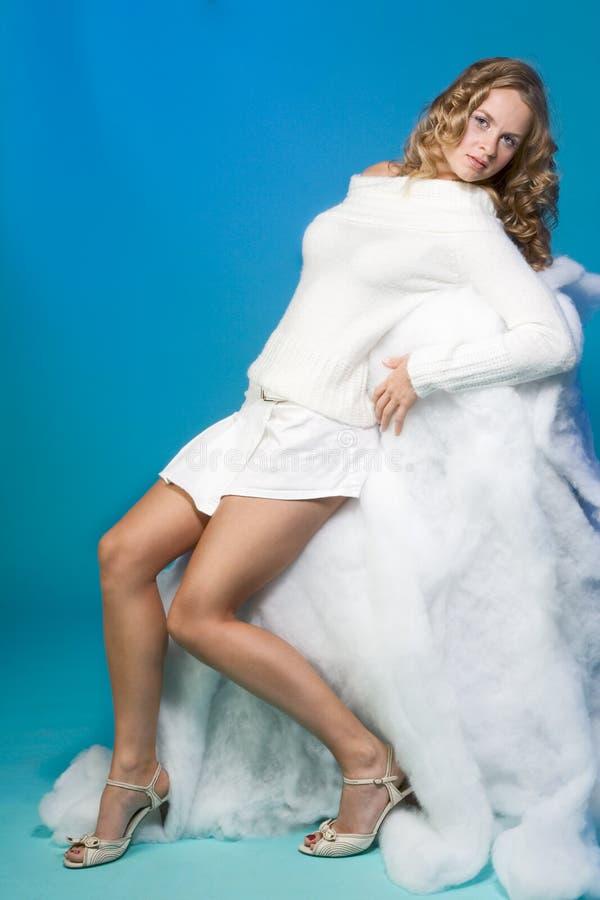 blond kvinna för ståendestudiovinter royaltyfria bilder