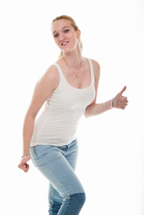 Blond kvinna för ung sport i den vita skjortan som visar upp två tummar arkivfoton