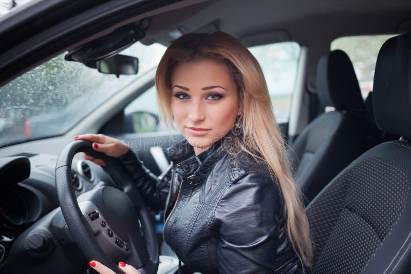Blond kvinna i bil royaltyfria bilder