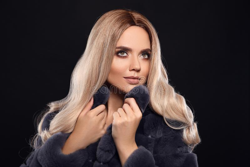 Blond kvinna i p?lslag Ombre blont lockigt hår Sk?nhet danar st?enden Härlig flickamodell med makeup, länge som är sund royaltyfria bilder