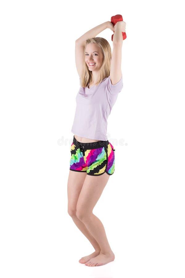 Blond kvinna i sportswearutbildningshänder, skuldror och baksida med hantlarna royaltyfria foton