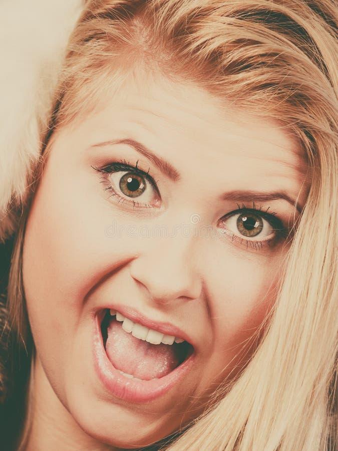 Blond kvinna i varm öronskydd för vinter royaltyfria foton