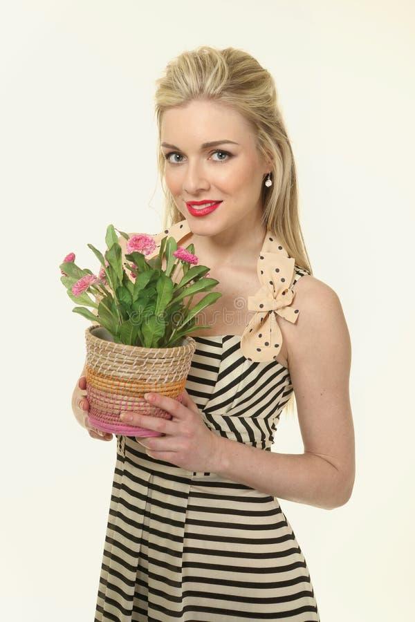 Blond kvinna med blomkrukor arkivfoto