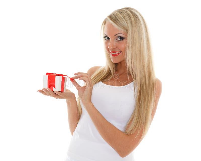 Blond kvinna med gåvaasken. arkivbilder