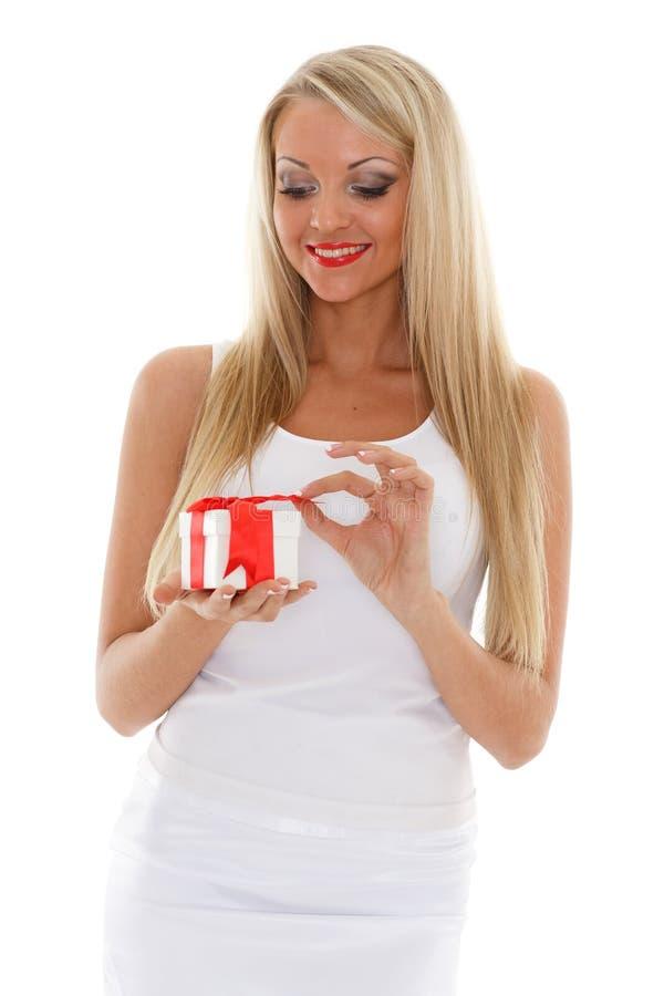 Blond kvinna med gåvaasken. arkivbild