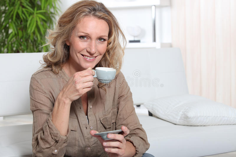 Blond kvinna med kaffe royaltyfria bilder
