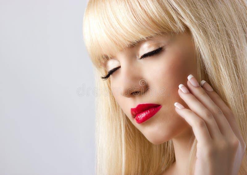 Blond kvinna med röda kanter royaltyfria foton