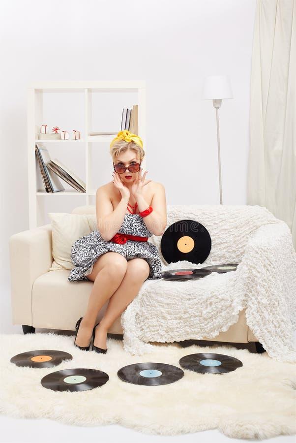 Blond kvinna med vinyler royaltyfri bild