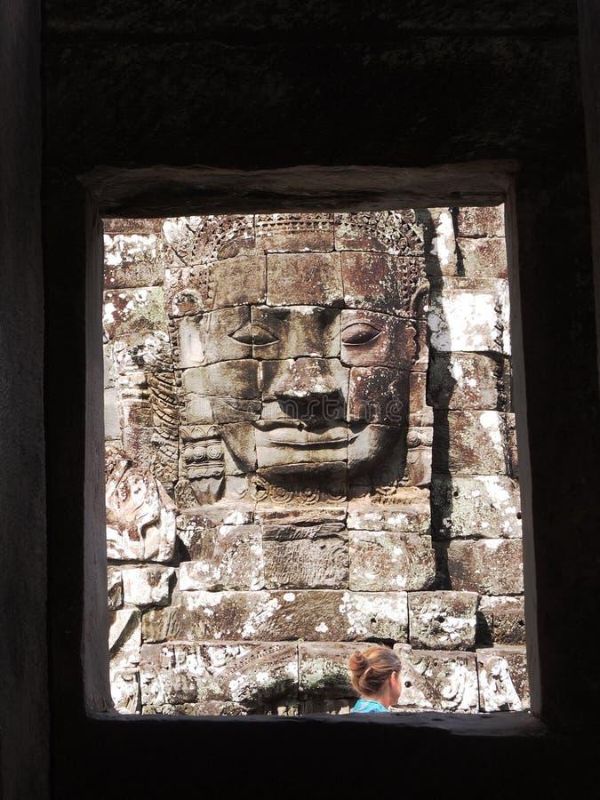 Blond kvinna på Angkor Thom arkivfoto