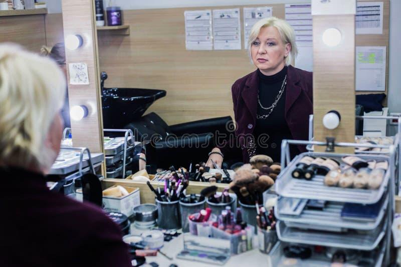 Blond kvinna på skönhetsalongen royaltyfri fotografi