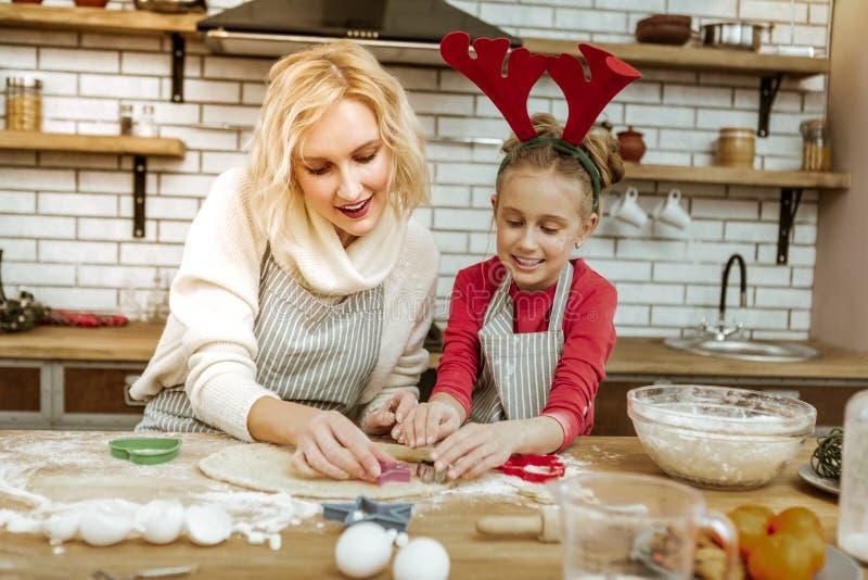 Blond kvinna som är lycklig med tidutgifter med hennes dotter arkivbild