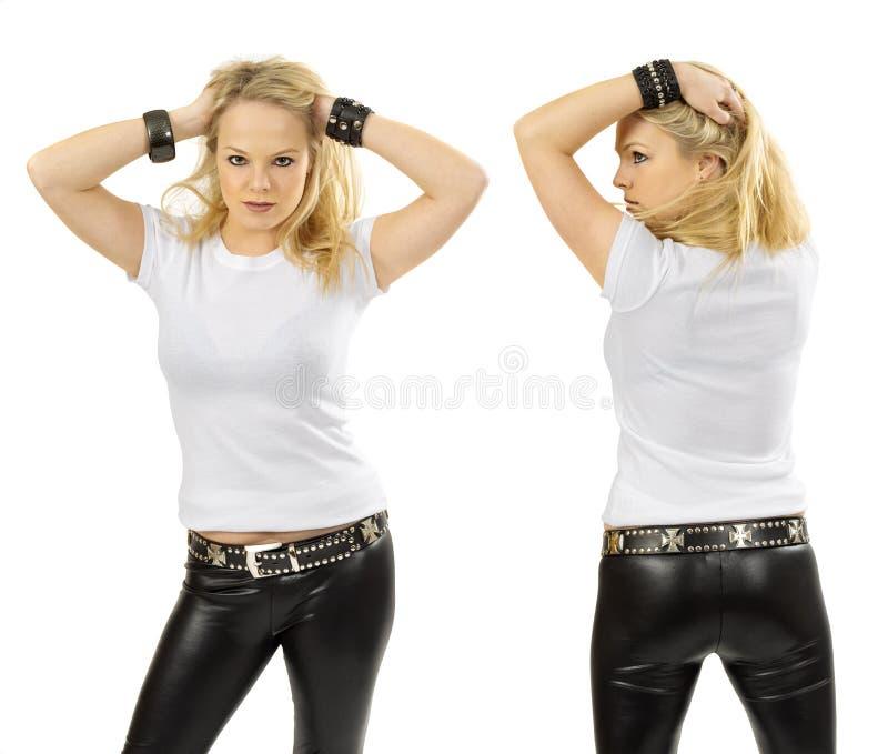 Blond kvinna som bär den tomma vita skjortan royaltyfri fotografi