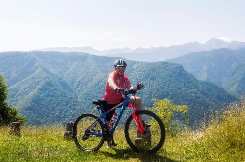 Blond kvinna som cyklar i Mont Blanc arkivfoton