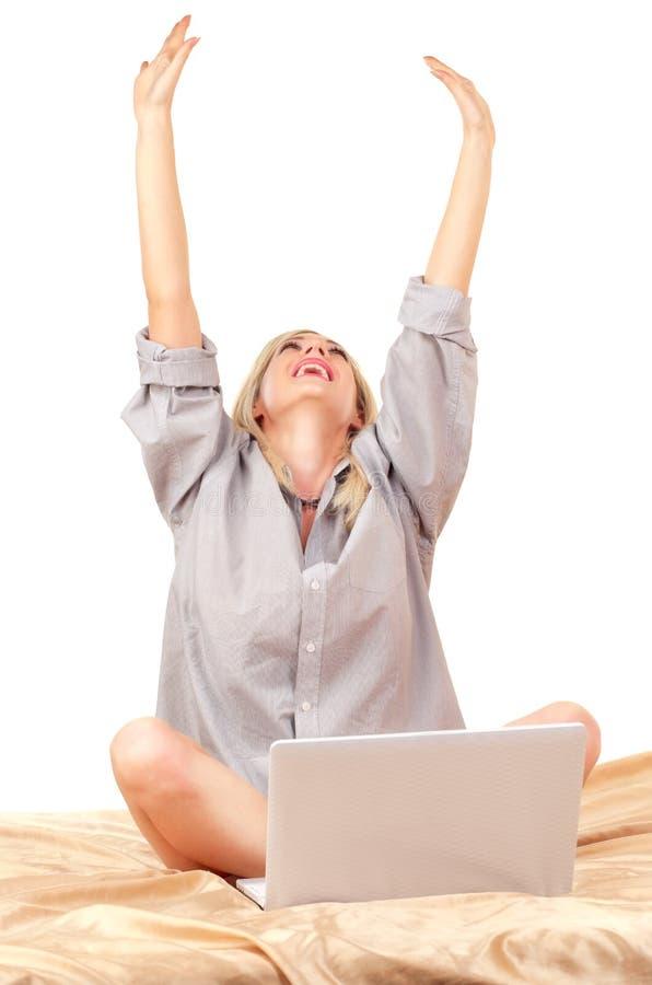 Blond kvinna som fungerar med bärbar dator på underlag royaltyfria foton