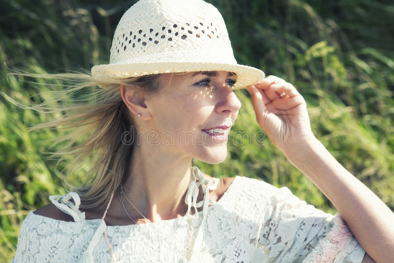 Blond kvinna som ser utomhus in i avståndet royaltyfria foton